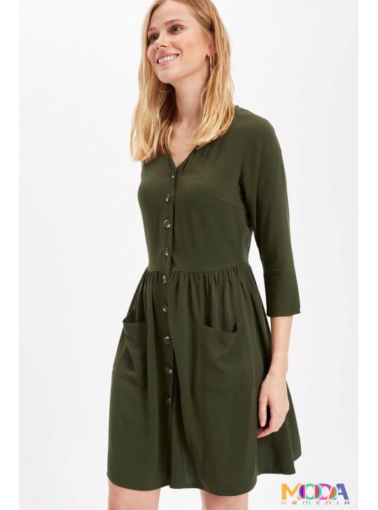V-աձև օձիքով կանացի զգեստ